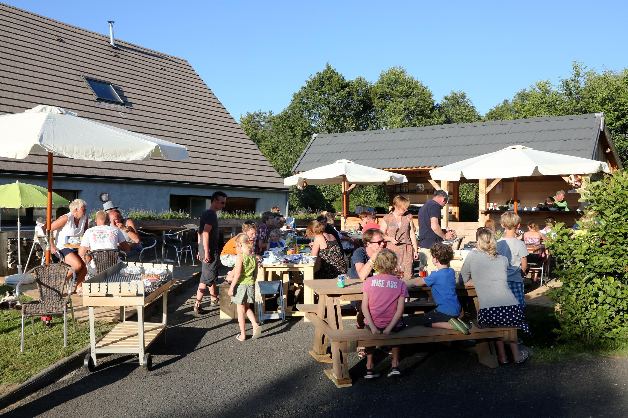 Familiecamping la chauderie in de auvergne frankrijk - Foto van het terras ...